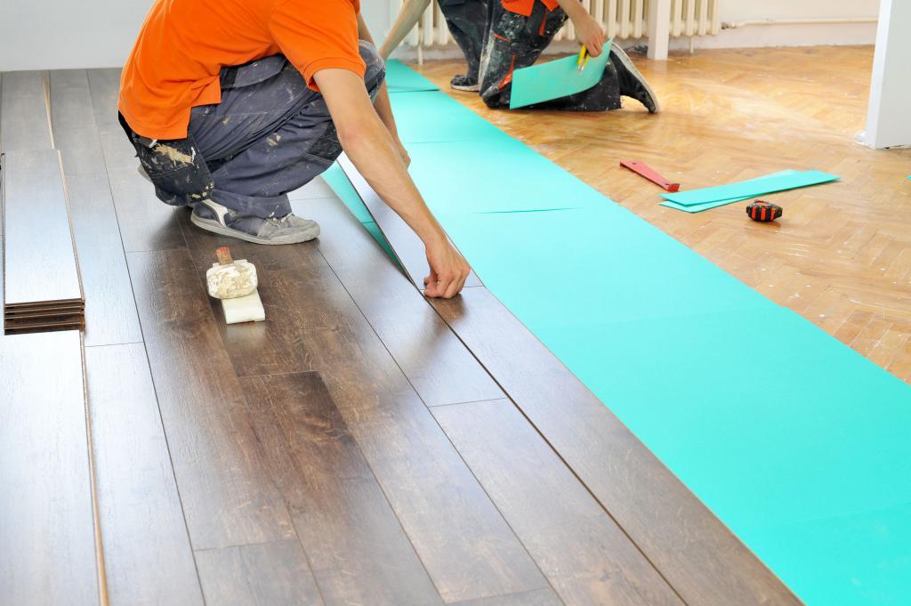 как правильно класть ламинат на бетонный пол